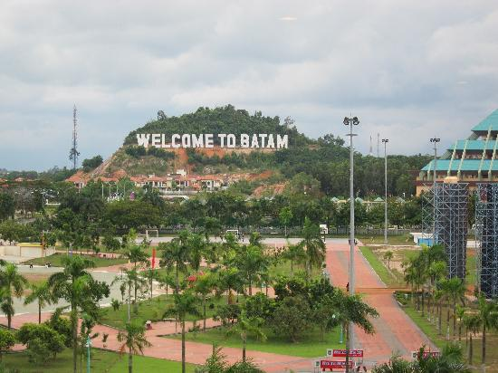 HARRIS Hotel Batam Center: Welcome to Batam! From our lift lobby.