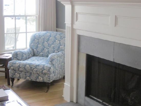 Inn at Stonington: Fireplace in living room