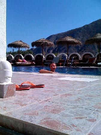 Black Sand Hotel Apartments: pool is in full sun most of the day