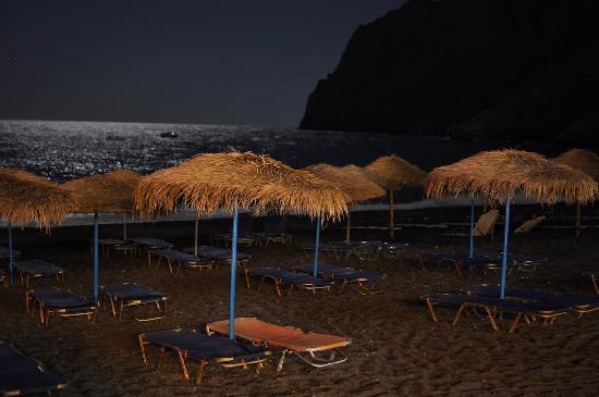 Black Sand Hotel Apartments: Kamari beach at night. Courtesy of my girlfriend:)