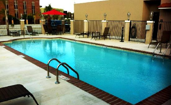 Comfort Suites: Cloudy day at pool