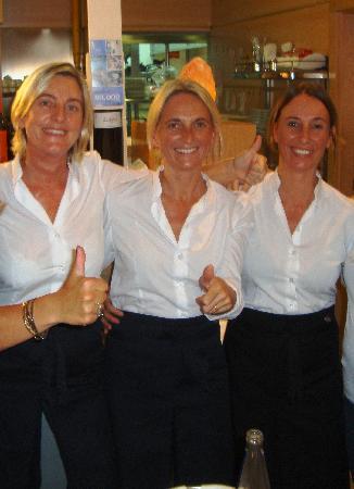 Restaurante Navarro: Les propriétaires toutes de blanc vêtues