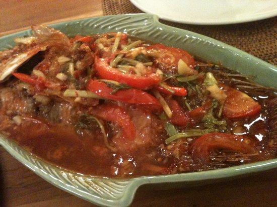 Ganzer Fisch mit Gemüse und scharfer Sauce bei Nams thailändisches Restaurant in Schaffhausen