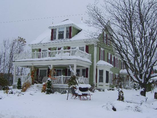 Greenwood Mountain Inn : First snowfall of 2011 at the Inn