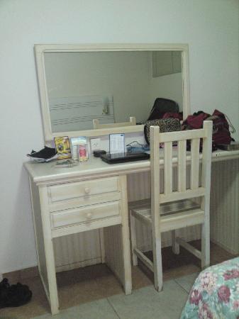 Hotel Colina Verde: mesa do quarto c cadeira