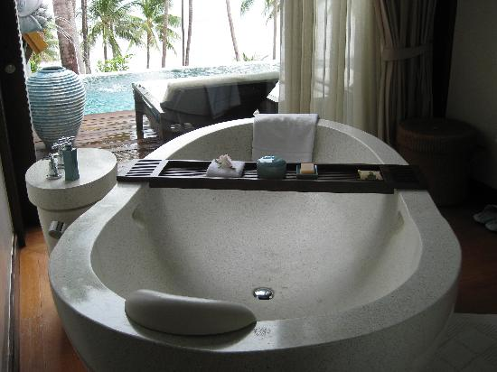 Four Seasons Resort Koh Samui Thailand: Bathtub with a view!