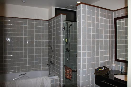 Frangipani Serviced Residences: bathroom