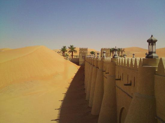 Qasr Al Sarab Desert Resort by Anantara : Hoteleinfahrt