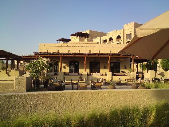 Qasr Al Sarab Desert Resort by Anantara : Blick vom Pool zum Hotel