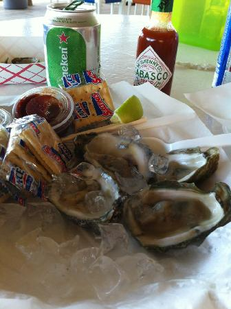 Clayton's Beach Bar and Grill : Oysters and beer