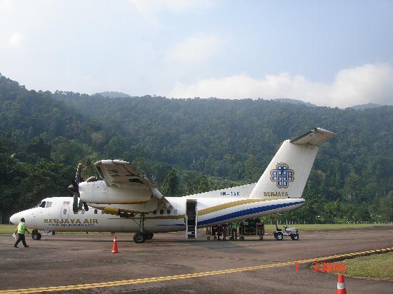 Berjaya Tioman Resort - Malaysia : de vliegtuig, met daarachter de jungle