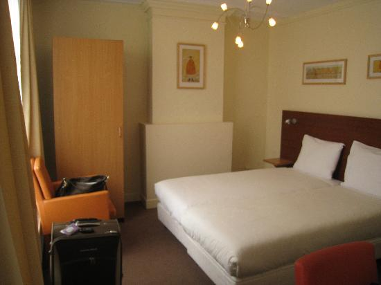 King Hotel: The 2 single beds. Clean room!