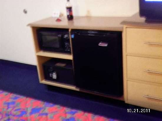 Red Roof Inn Buffalo - Hamburg: Fridge, Micro, Safe