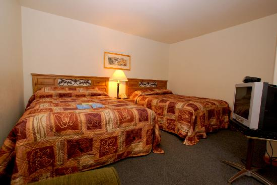 The Canyon Motel: Two queen beds!