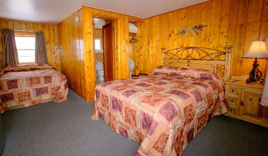 The Canyon Motel : One of our three rooms with a queen and a double bed.