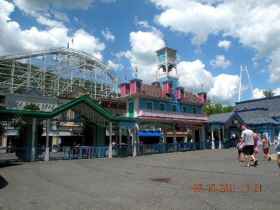 Lake Compounce: Entrance.