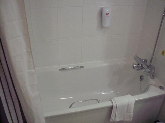 Premier Inn Exeter Central St Davids Hotel: the bathroom