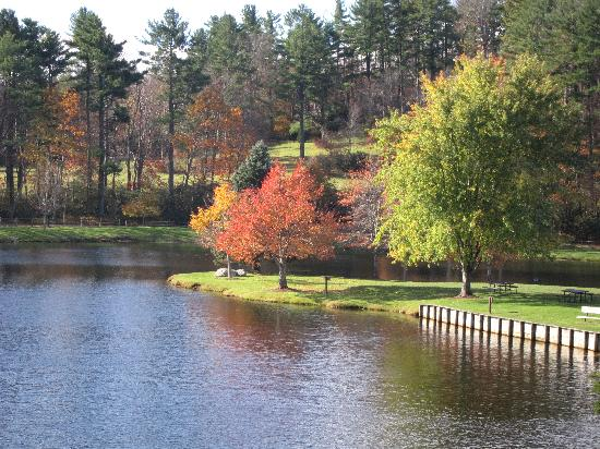 Chetola Resort at Blowing Rock: lake in front