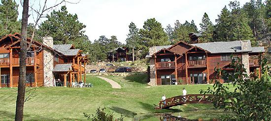 Black Canyon Inn: The A & B buildings enjoy overlooking the stream fed pond which is a great place to spot elk, mu