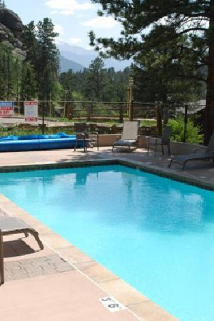 Black Canyon Inn: The outdoor heated swimming pool is open seasonally