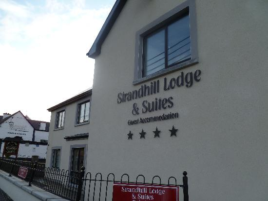 Strandhill Lodge and Suites Hotel: Front of hotel.