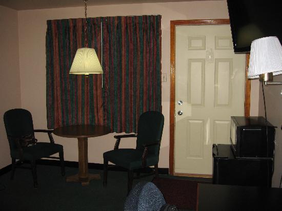 Gateway Inn: Plenty of space, TV, microwave, mini fridge, and large desk area.