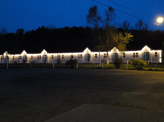 Homeport Motel: motel at night