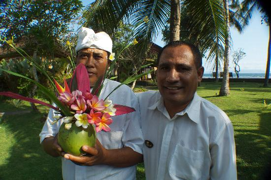 D'Tunjung Beach Resort : Our manager, Eberhardus and Sunanatra, the gardner and floral arranger
