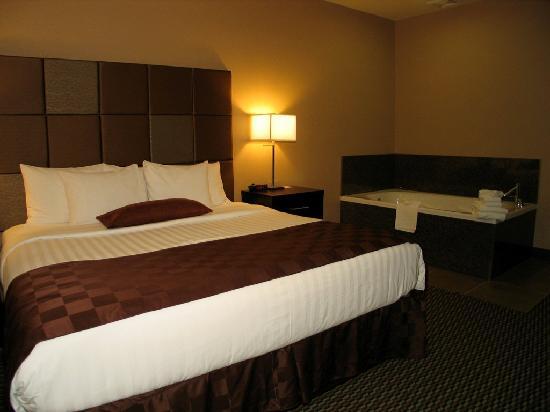 Comfort Suites Kelowna: bed room business jacuzzi