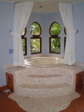 kalapiti luxury jungle suites enorme jacuzzi para dos dentro del dormitorio