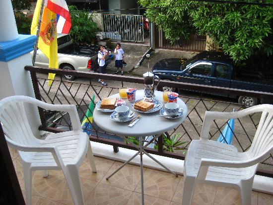 Summer Breeze Inn Hotel: Breakfast on the balcony
