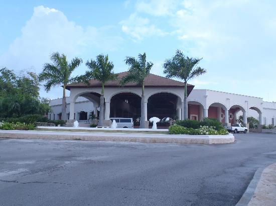 Dreams Punta Cana Resort & Spa: Resort Entrance