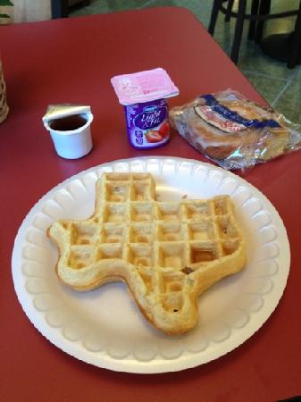 ‪‪Wingate Houston Bush Intercontinental Airport IAH‬: Texas waffle for breakfast!‬