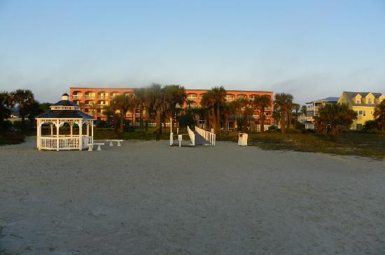 Hampton Inn St. Augustine Beach: view of hotel from the beach