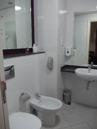 Premier Inn Dubai Investments Park Hotel: spacious bathroom