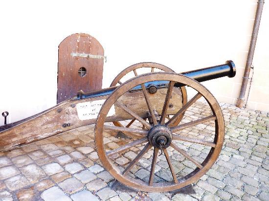 Schloss Hohentübingen: Cannon in the courtyard