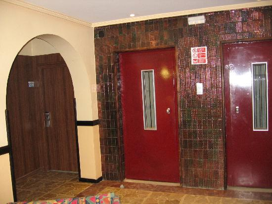 Gran Hotel Europe Comarruga: Liften naast en voor de kamer.