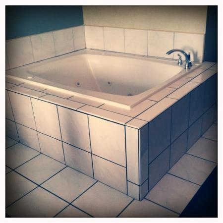Super 8 Henrietta/Rochester Area: this is the jacuzzi