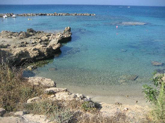 Cavo Maris Beach Hotel : caletta sul lato destro della spiaggia