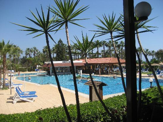 Cavo Maris Beach Hotel : la piscina