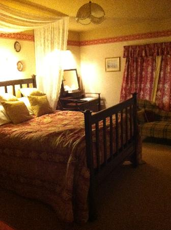 Corston Fields Farm : The Mahogany room - Bed