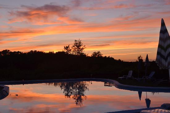 Maison Arc-en-ciel: Sunset over the pool