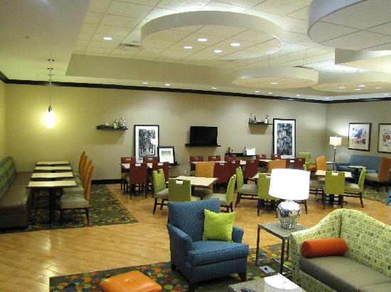 Hampton Inn Evansville Airport: The modern, comfortable dining area