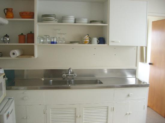 Cap'n Bob's Beach House: Kitchenette in ensuite apartment