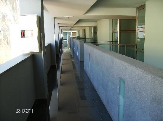 Marina Suites: Luftig korridor på baksiden, med tilgang til suitene
