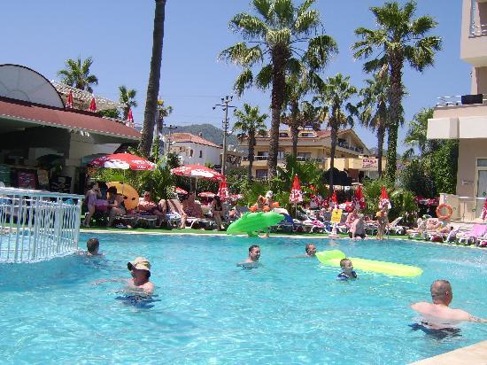 Atrium Apartments: Hotel pool 2