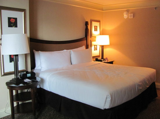 Wyndham Grand Chicago Riverfront: bed in river view room