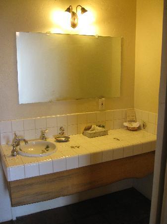 Tioga Lodge at Mono Lake: bathroom