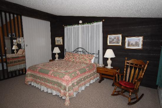 Toll Road Inn: room