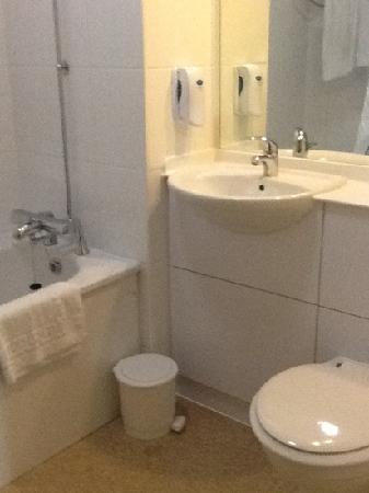 Premier Inn Telford North Hotel: Spacious clean bathroom